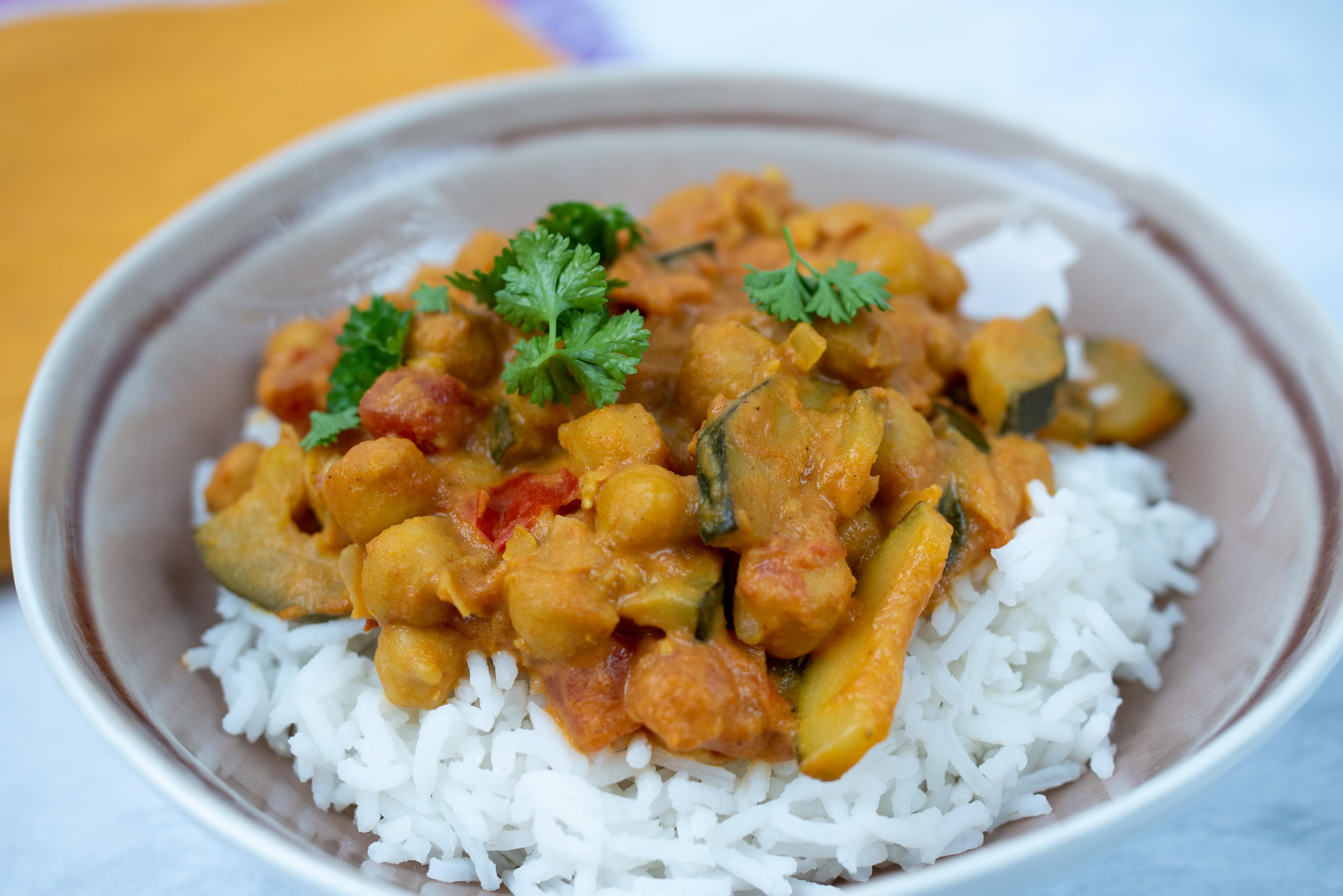 Curry z ciecierzycą, pomidorami i cukinią