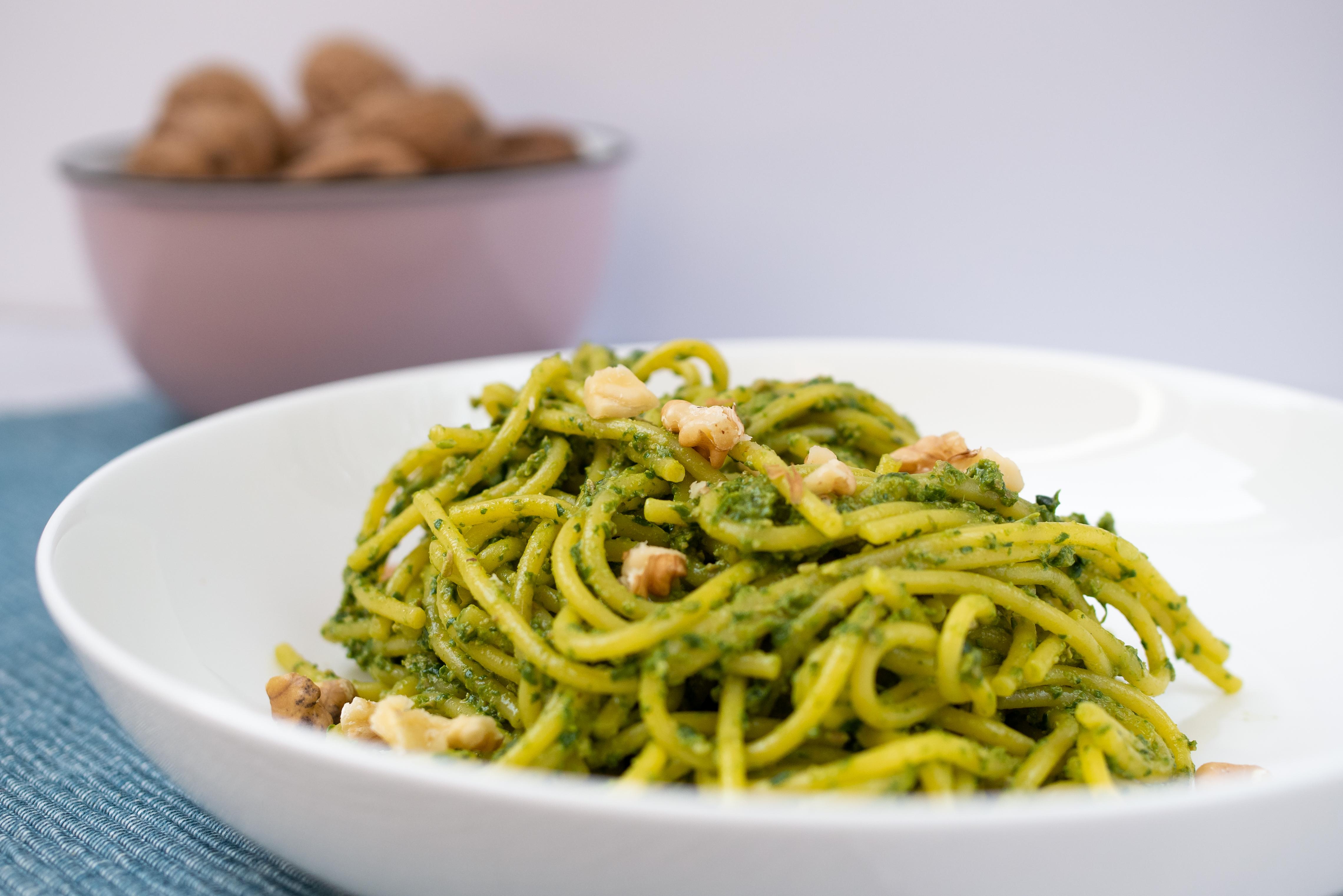 Bezglutenowe spaghetti ze szpinakiem i orzechami