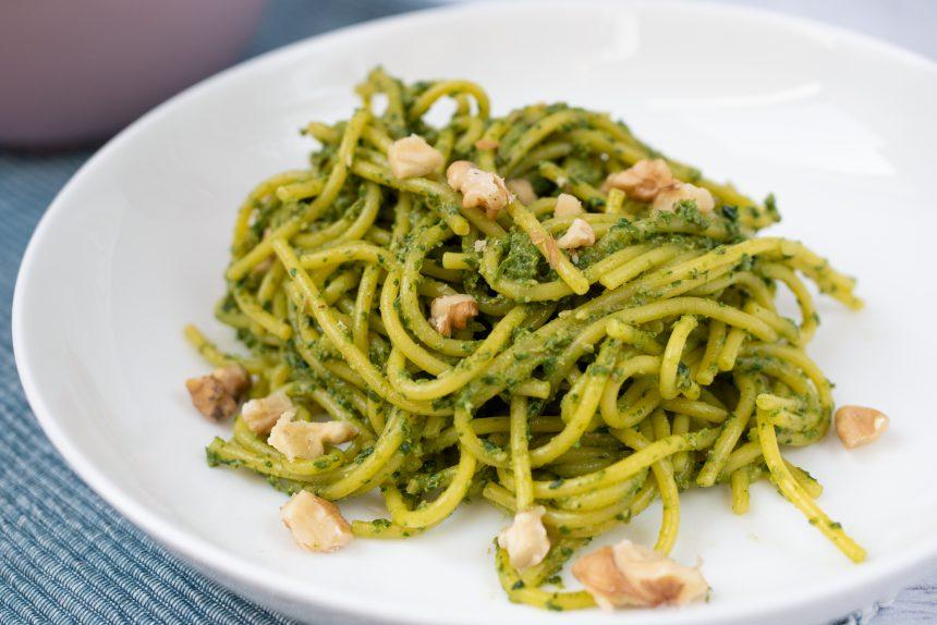 bezglutenowe spaghetti ze szpinakiem i orzechami włoskimi