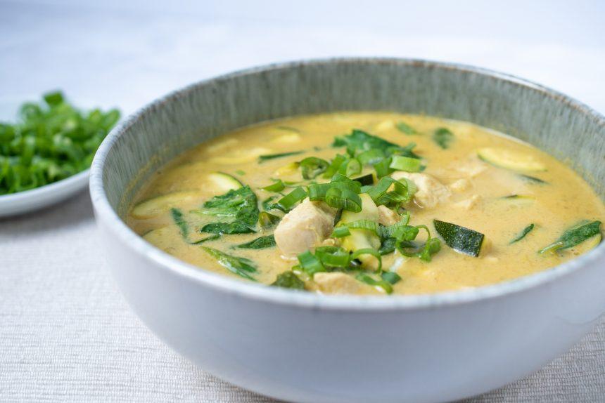Curry z kurczakiem cukinią i mleczkiem kokosowym